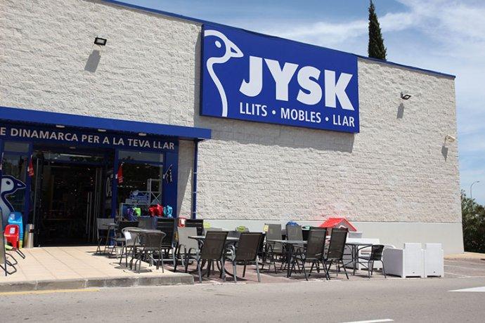 Exterior botiga JYSK amb productes de terrassa i jardi