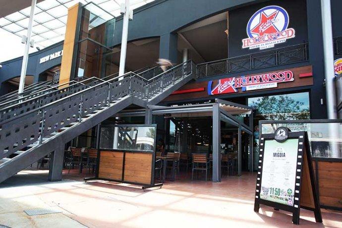 Exterior restaurant Fosters Hollywood amb terrassa