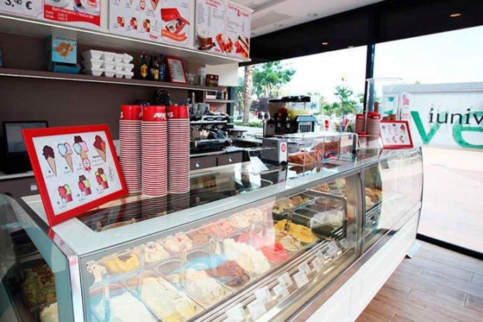 Interior gelateria Dino vitrina gelats