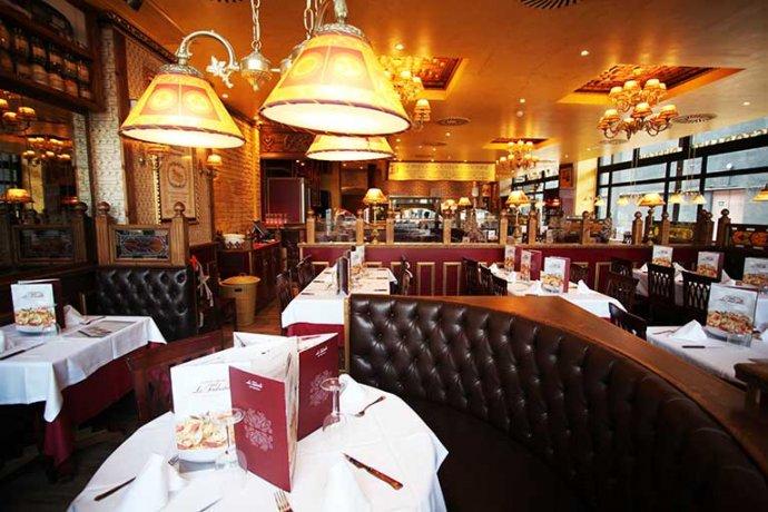 Interior taules restaurant La Tagliatella