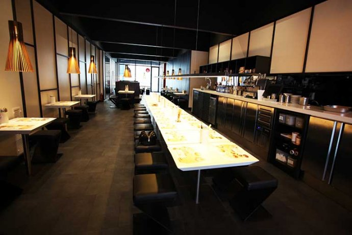Interior restaurant UDON taules i cuina