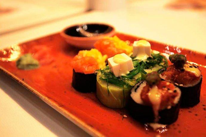 Detall sushi amb salsa de soja
